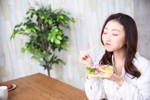 食事を食べる女性