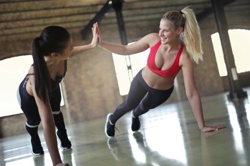 女性がトレーニング
