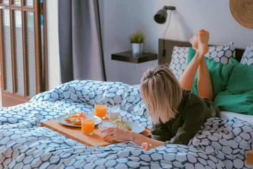 自宅でリラックスする女性